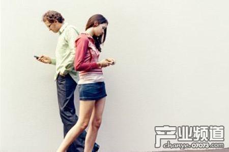手机控每日低头150次 易患注意力障碍