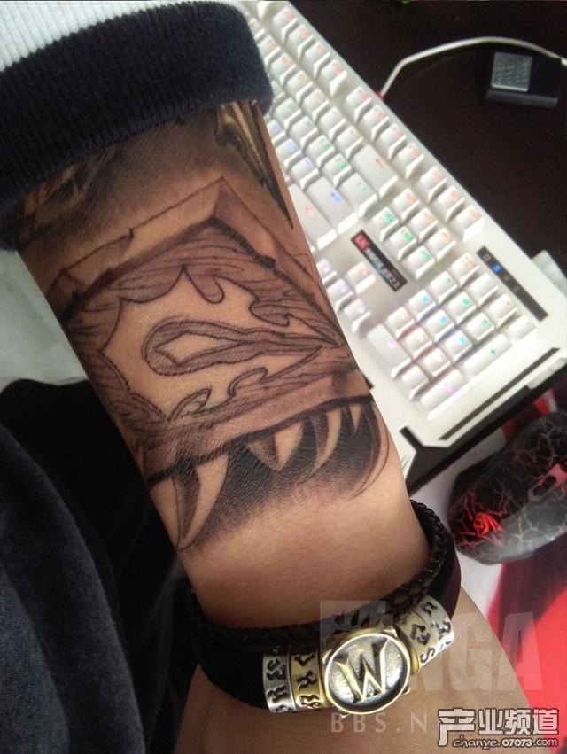 魔兽玩家把吼父子瓦父子做花臂纹身