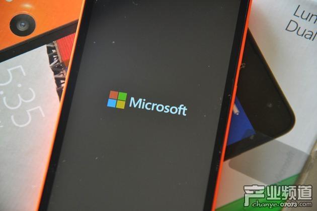 北京时间7月29日早间消息,微软周四提交给监管部门的文件显示,2017财年计划在全球范围内裁员2850人,从而进一步退出智能手机业务。    微软今年5月曾宣布,将裁员1850人,主要影响智能手机硬件业务和销售。   微软于2014年收购了诺基亚的智能手机业务,但到目前为止已对该业务的大部分进行了资产减记。在与苹果和谷歌的竞争中,微软的这一业务未能取得有意义的市场份额。   根据Gartner的数据,今年第一季度,Windows手机在全球智能手机市场的份额不到1%,而Android的份额为84%,苹果