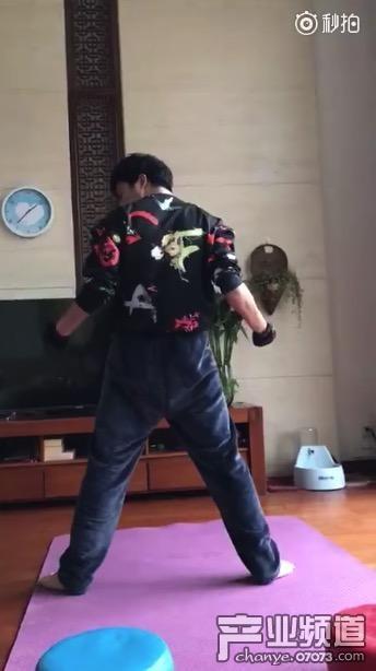 LOL主播骚男晒麒麟臂,网友直呼:什么时候单挑死亡宣告?