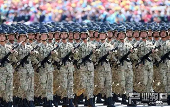 漫展有人穿维和部队军装下跪?媒体:丢人 涉嫌违法