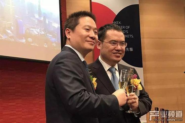 图:吴文辉在香港交易所庆祝上市