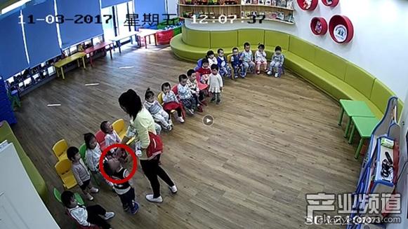 11月3日的视频显示,教师在给孩子穿衣服,不知为何老师给孩子食用了不明食物,随后孩子开始哭泣,老师也不管。有家长指出不明物品是芥末。