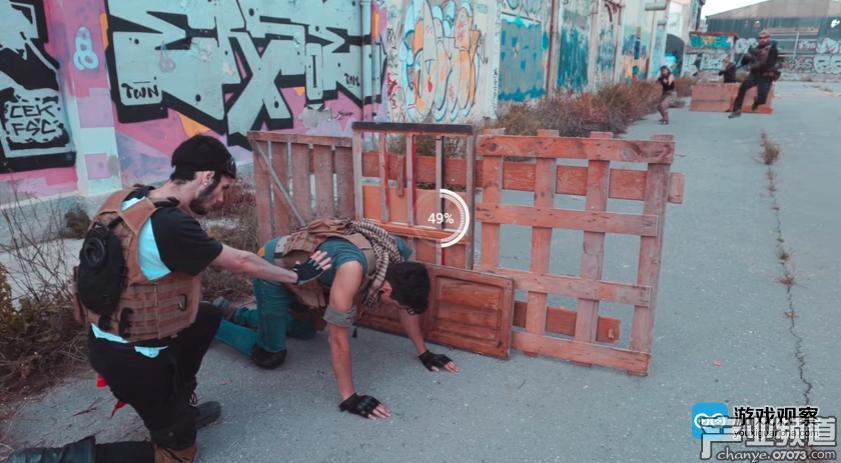 真人短剧再现了游戏中的多种元素,包括建造掩体,以及远处跳跃中开枪射击这种同类游戏不会出现的特色动作