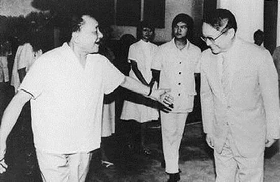 ▲1981年,邓小平在北京接见金庸。他也成为邓小平单独接见的第一位港澳同胞。