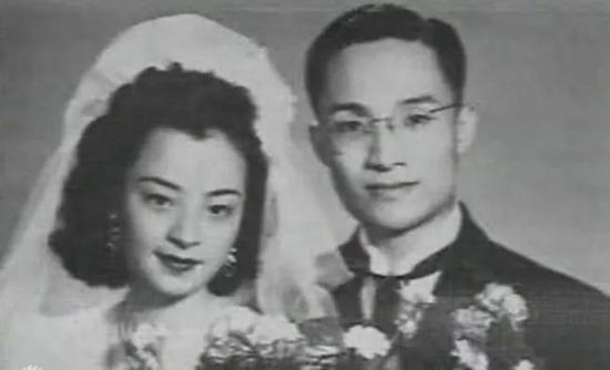 ▲金庸一生有三次婚姻。24岁时,与出身中产阶级家庭的杜冶芬结婚。