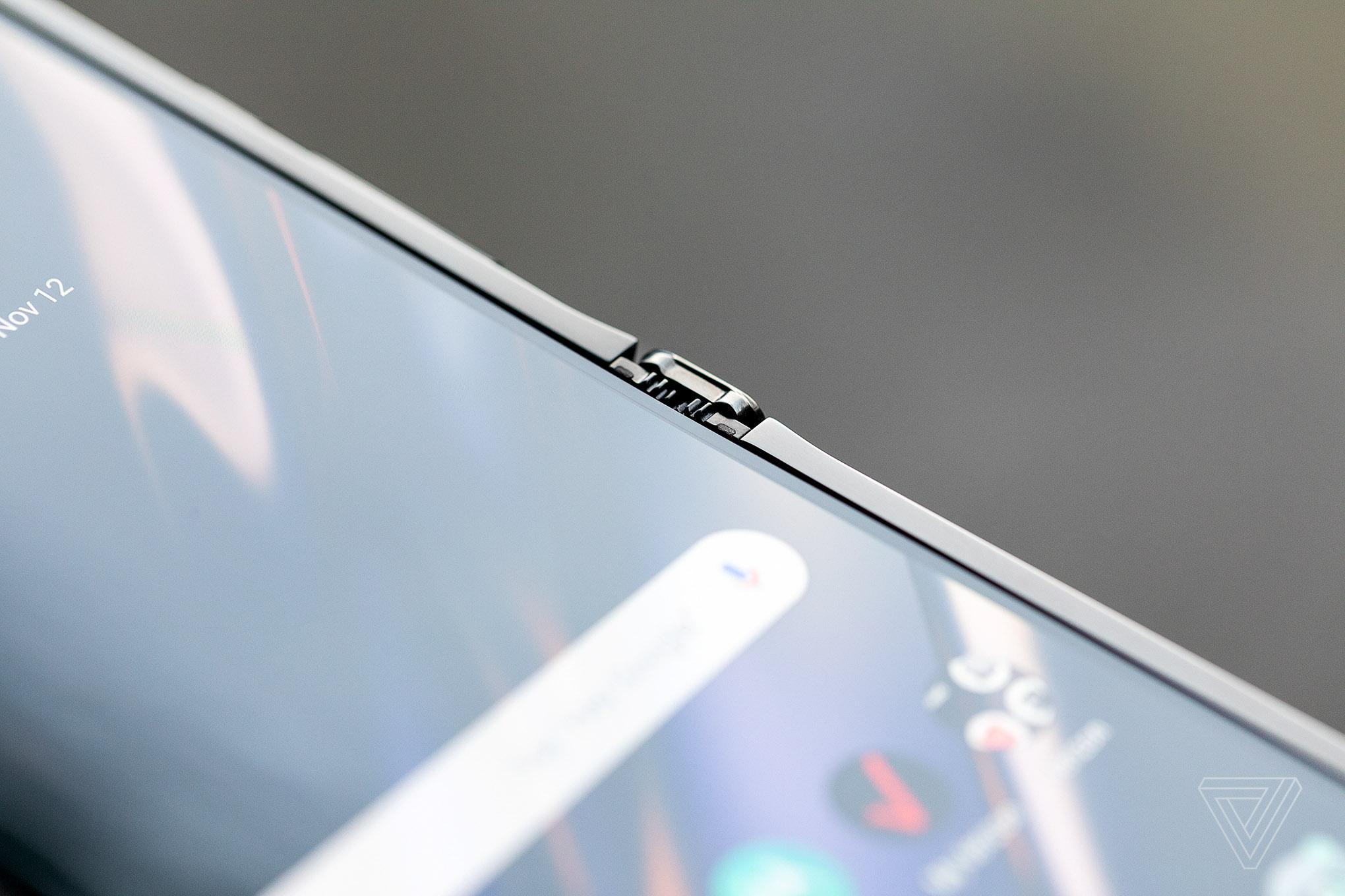 上下折叠屏手机moto Razr海外发布:情怀满分 售1499刀